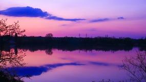 Simetría agradable de las nubes reflejadas en el agua de un lago imágenes de archivo libres de regalías