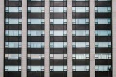 Simetría de la ventana en la arquitectura moderna imagen de archivo libre de regalías
