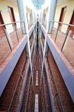 Simetría de los pasillos del hotel foto de archivo libre de regalías