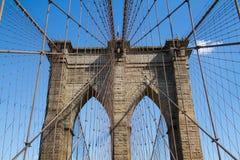 Simetría del puente y del cable de Brooklyn con el cielo azul imagen de archivo