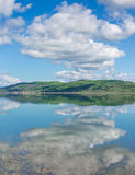 Simetría en el lago Foto de archivo