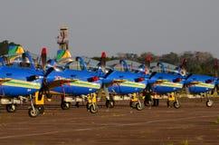 Simetría perfecta de los aviones acrobáticos de la escuadrilla del humo foto de archivo libre de regalías