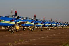 Simetría perfecta de los aviones acrobáticos de la escuadrilla del humo foto de archivo