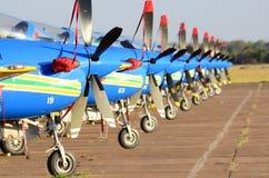 Simetría perfecta de los aviones acrobáticos de la escuadrilla del humo imagen de archivo libre de regalías