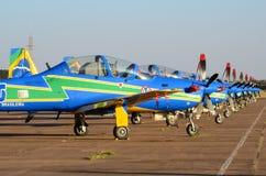 Simetría perfecta de los aviones acrobáticos de la escuadrilla del humo imágenes de archivo libres de regalías