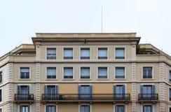 Simetría perfecta en la fachada de las ventanas fotografía de archivo libre de regalías