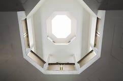 Simetría photomending del octágono en un edificio con las líneas arquitectónicas de la entrada ligera fotografía de archivo libre de regalías