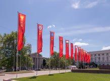 Simferopol, Crimea - 9 de mayo de 2016: Banderas de las héroe-ciudades Kerc Foto de archivo libre de regalías