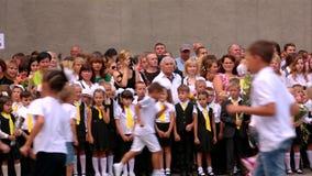Simferopol, Crimea 1 de septiembre de 2015 Alumnos que corren en la línea de la escuela en el día del conocimiento
