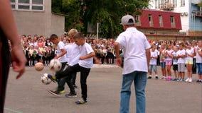 Simferopol, Crimea 01 09 2015 Muchachos que juegan bolas en la línea de la escuela en el día del conocimiento