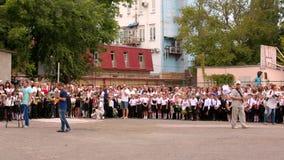Simferopol, de Krim 01 09 2015 Feestassemblage in Gymnasium stock videobeelden