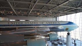 SIMI VALLEY, КАЛИФОРНИЯ, СОЕДИНЕННЫЕ ШТАТЫ - 9-ОЕ ОКТЯБРЯ 2014: Air Force One Боинг 707 и морской пехотинец 1 на дисплее на Рейга стоковое фото