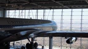 SIMI VALLEY KALIFORNIEN, FÖRENTA STATERNA - OKTOBER 9, 2014: Air Force One Boeing 707 och flotta 1 på skärm på Reaganen Fotografering för Bildbyråer