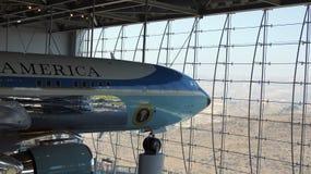 SIMI VALLEY KALIFORNIEN, FÖRENTA STATERNA - OKTOBER 9, 2014: Air Force One Boeing 707 och flotta 1 på skärm på Reaganen arkivbilder