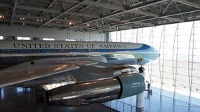 SIMI VALLEY KALIFORNIEN, FÖRENTA STATERNA - OKTOBER 9, 2014: Air Force One Boeing 707 och flotta 1 på skärm på Reaganen arkivfoton