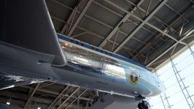 SIMI VALLEY KALIFORNIEN, FÖRENTA STATERNA - OKTOBER 9, 2014: Air Force One Boeing 707 och flotta 1 på skärm på Reaganen royaltyfria foton