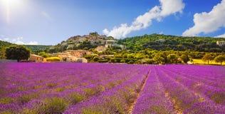 Simiane la Rotonde村庄和淡紫色全景 普罗旺斯 免版税图库摄影
