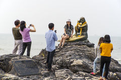 SIMILA-STRAND, SONGKLA, THAILAND 24. Oktober 2015: Leute, die wi schießen Lizenzfreies Stockbild