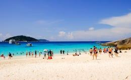 SIMILAN-Ö, THAILAND - APRIL 24 är turister för 2017 grupp spenderar tid på den Similan ön Arkivfoto