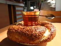 Simit turco del vapor del té Fotos de archivo libres de regalías
