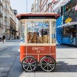 Simit-Warenkorb in Istanbul Stockbild
