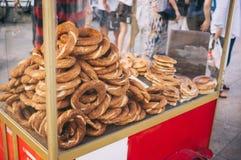 Simit-Warenkorb mit türkischen Bageln auf der Straße lizenzfreies stockbild