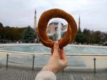 Simitongezuurd broodje in vierkante bekeken Hagia sophia van Sultan Ahmed royalty-vrije stock foto