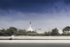 Simle resume el tiro de un castillo viejo en una pequeña isla cerca de Le C Fotografía de archivo libre de regalías