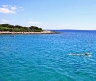 Simma bland kroatiska öar Arkivbild