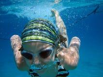 Simma för flicka som är undervattens- Royaltyfria Bilder