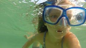 Simma för flicka som är undervattens- bära en maskering lager videofilmer