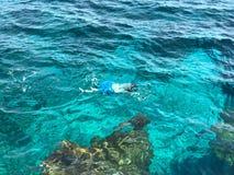 Simma för man som är undervattens- i Cypern royaltyfri foto