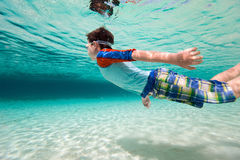 Simma för pojke som är undervattens- Royaltyfria Foton