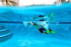 Simma för pys som är undervattens-, aktivungar Royaltyfria Bilder
