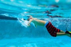 Simma för pys som är undervattens-, aktivungar Fotografering för Bildbyråer