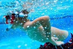 Simma för pys som är undervattens-, aktivungar Royaltyfri Foto