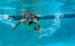 Simma för pys som är undervattens-, aktivungar Royaltyfria Foton