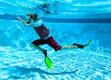 Simma för pys som är undervattens-, aktivungar Royaltyfri Fotografi