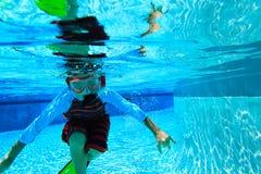 Simma för pys som är undervattens-, aktivungar Arkivfoto