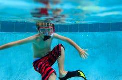 Simma för pys som är undervattens-, aktivungar Royaltyfri Bild