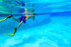 Simma för pys som är undervattens-, aktivungar Arkivbild