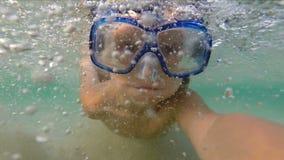 Simma för ung flicka som är undervattens- bära en maskering lager videofilmer
