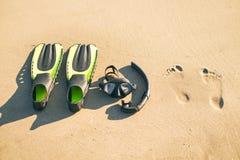 Simma flipper med snorkeln, maskeringen och fot moment på en sandig strand konkurrensar som dyker pölsportar som simmar vatten sn Royaltyfri Foto