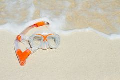 Simma maskeringen på sanden och havet Arkivbild