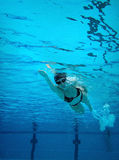 simma undervattens- kvinna Arkivfoton