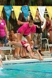 simmare för bad för relay för race för dykflickapöl till arkivbilder