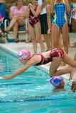 simmare för relay för race för barndykpöl royaltyfria bilder