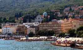 Simmare på den soliga stranden av Opatija, Kroatien, Europa fotografering för bildbyråer