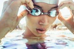 Simmare som tar ett avbrott, medan simma övning arkivbilder