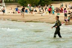 Simmaren i Wetsuit förbereder sig att simma laken Michigan royaltyfri foto